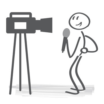 Reporter spricht vor Kamera und hält Mikrofon
