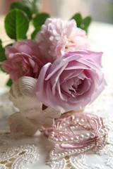 ピンクのバラ達と天使とアクセサリー