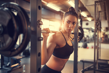 Poster Fitness Woman on training with barbell