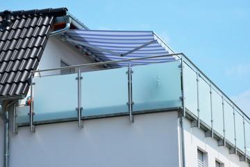 Verglaster Metall-Balkon am Dachgeschoss eines Wohnhauses