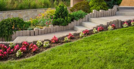 Vorgarten mit moderner Außentreppe und Stelen aus Granit - Front garden with modern outdoor stairs and granite steles