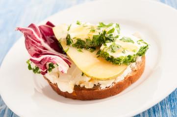 Brot mit Radicchio, Schafkäse, Birne und Honig