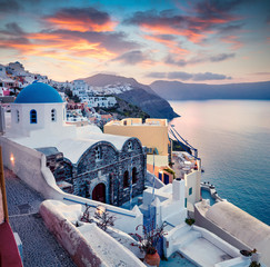 Foto op Plexiglas Santorini Dramatic morning view of Santorini island. Picturesque spring sunrise on the famous Greek resort Oia, Greece, Europe. Traveling concept background. Artistic style post processed photo.