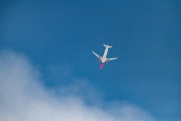 avion rouge et blanc