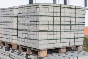 Pflastersteine für den Wegebau lagern auf Europaletten