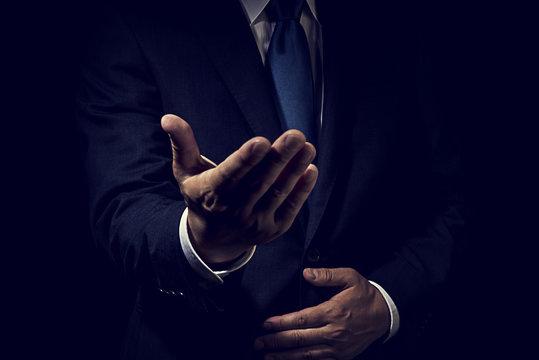 手を差し出したビジネスマン