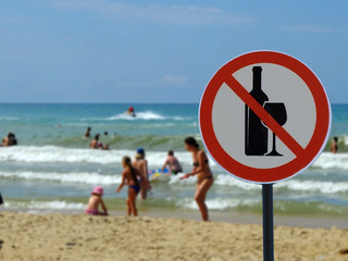 Sign alcohol is prohibited on the beach.