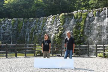 滝で記念写真を撮るシニア夫婦