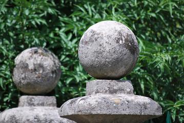 Steinkugeln einer Grundstücksmauer