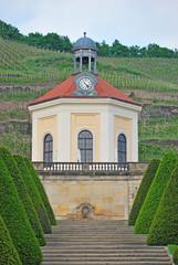 Blick von Schloss Wackerbarth durch den Barockgarten auf das Belvedere