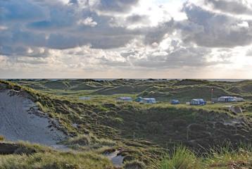 Blick über einen Campingplatz in Dänemark auf die Nordsee