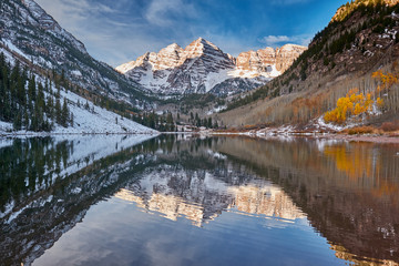 Photo sur Aluminium Marron chocolat Maroon Bells and Maroon Lake landscape