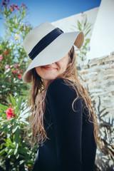 Portrait jeune fille au chapeau