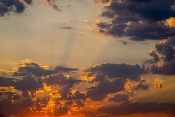 Cielo con nubes y sol al amanecer