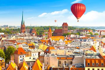 Obraz Toruńw Widok z lotu ptaka na zabytkowe budynki i dachy w polskim średniowiecznym mieście - fototapety do salonu