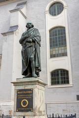 Fotobehang Artistiek mon. Herderdenkmal vor der Stadtkirche St. Peter und Paul in Weimar, Thüringen