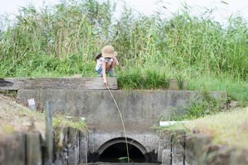 水路で遊ぶ子供