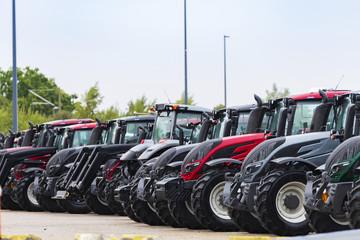 Traktoren stehen zum Versand bereit
