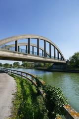 Fotobehang Kanaal Pont sur un canal
