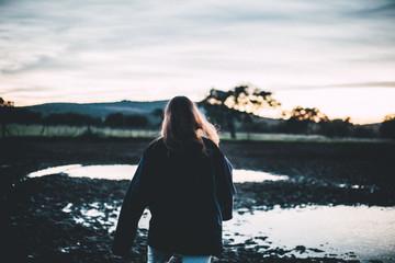chica andando en el campo