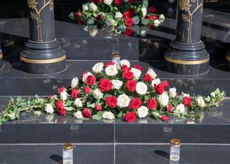 Ein schönes Blumengebinde weiße und rote Rosen