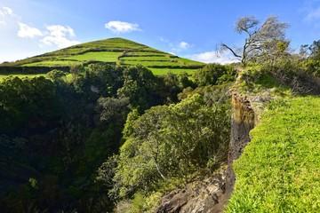 Azoren - Sao Miguel - Vulkanschlund am Wanderweg zum Pico de Mafra
