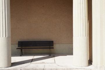 Bank im Schatten in Säulengang