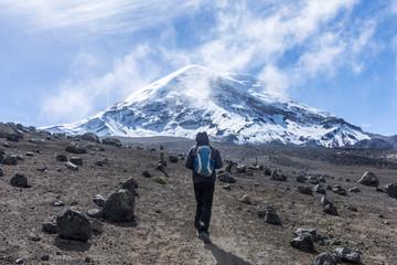 Voyageur devant le volcan Chimborazo, Équateur