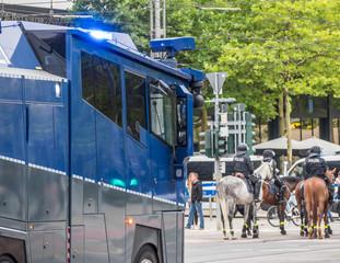Wasserwerfer und Polizisten auf Pferden im Einsatz