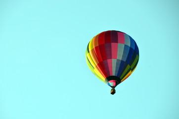 bunter Heißluftballon in blauem Himmel
