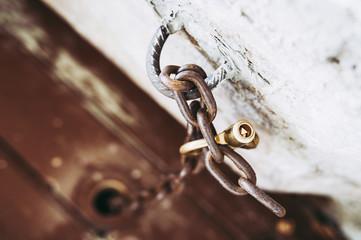 Vieille chaine et cadenas en métal