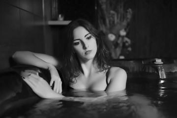 ragazza in costume da bagno celestre in vasca idromassaggio in centro benessere