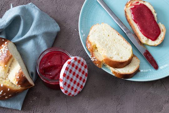 Leckeres Frühstück mit Hefezopf und Marmelade
