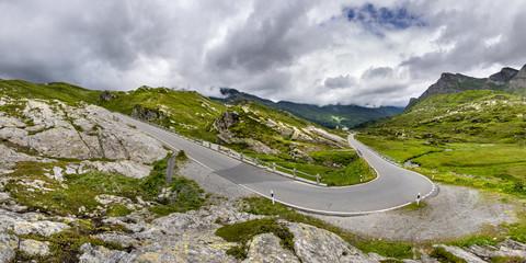 Kurvige Passstraße San Bernadino Pass, mit Wolken, Kanton Graubünden, Schweiz