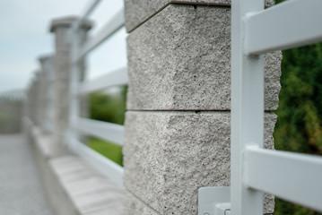 Ogrodzenie metalowe i bloczki kamienne