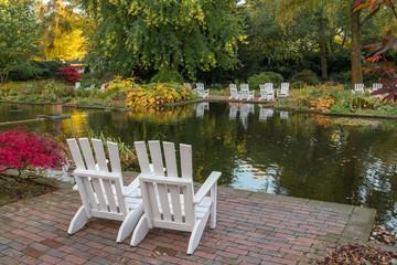 Zwei Ruhestühle im Herbst  am See im Stadtpark