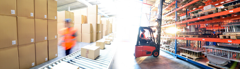 Transport und Logistik - Arbeiter im Versandlager mit Gabelstapler // Transport and logistics - dispatch warehouse with forklift trucks and conveyor belt with parcels