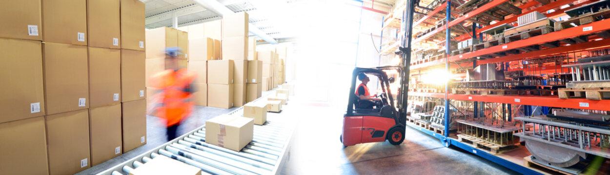 Transport und Logistik - Arbeiter im Versandlager mit Gabelstapler // Transport and logistics - dispatch warehouse with forklift trucks and conveyor belt with parcels
