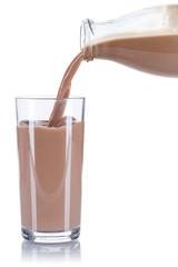 Kakao Schoko Schokoladen Milch einschenken eingießen eingiessen Glas Flasche Milchglas freigestellt Freisteller isoliert