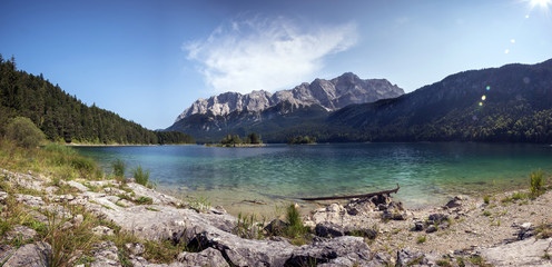 Zugspitze im Wettersteingebirge und Eibsee
