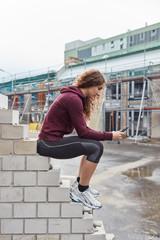 Frau in Trainingskleidung mit Smartphone