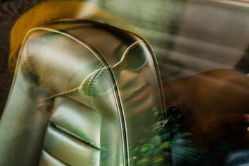 Reflet de femme sur cuir de voiture