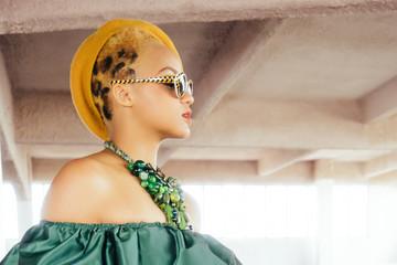 Portrait de femme aux cheveux léopard