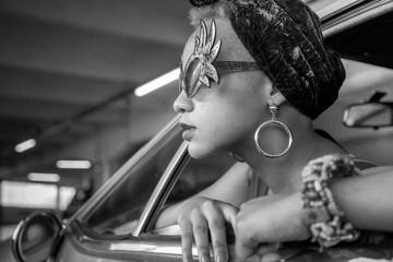 Profil  de femme avec lunettes extravagantes
