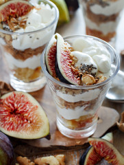 Greek yogurt with figs and granola