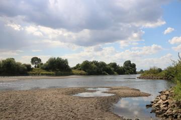 Foto auf Leinwand Fluss Am Fluß im Sommer nach Dürre / Weser