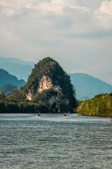 Vistas al río Krabi desde la ciudad de Krabi, Tailandia.