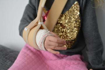 LITTLE GIRL WITH BROKEN HARM