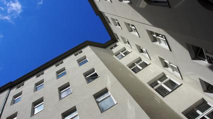 Berlin: Sanierter Hinterhof, Blick zum Himmel