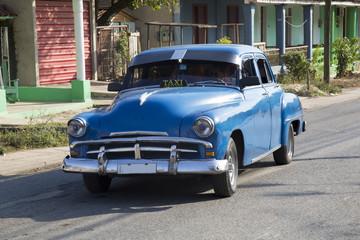 Foto op Plexiglas Cubaanse oldtimers Wunderschöner blauer Oldtimer auf Kuba (Karibik)
